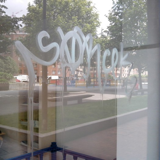 Cristal con graffiti en Bilbao_1